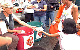 AMURT Volunteers distrube meals in Manila after Cyclone Ketsana